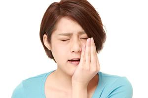 歯茎に突然の激痛!「ツボ」押しで治療までの応急処置